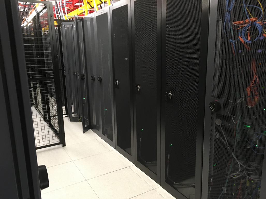 データセンターのラックのイメージ画像