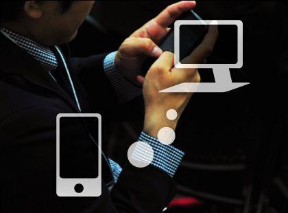 スマートフォンを使って移動中にデータを利用するイメージ