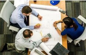 サービスを考えるスタッフのイメージ