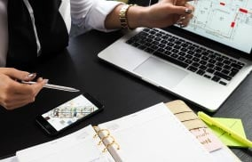 プランを提案する営業マンのイメージ