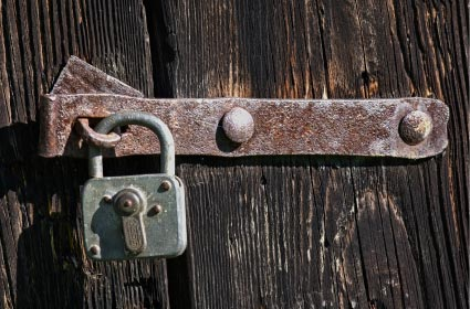 鍵のかかった扉のイメージ